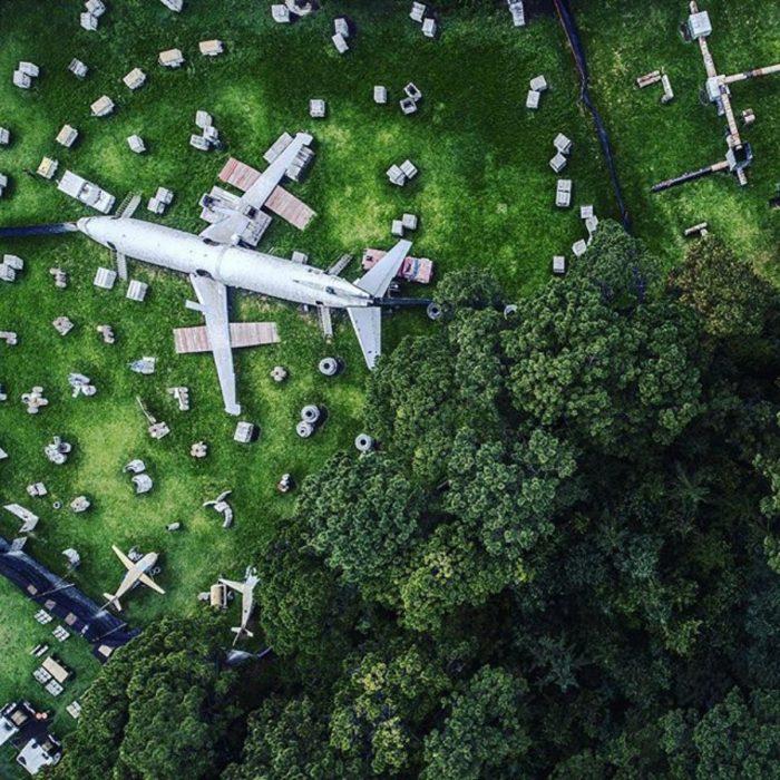 avión estacionado visto desde el cielo