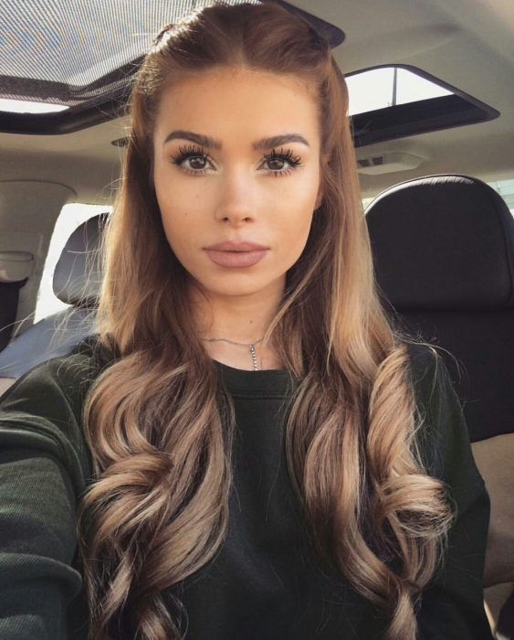 chica con peinado ondulado