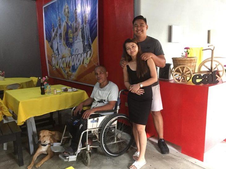 perrito empuja silla de ruedas