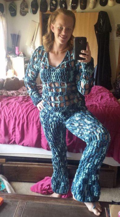 mujer con pijamas tejidas raras