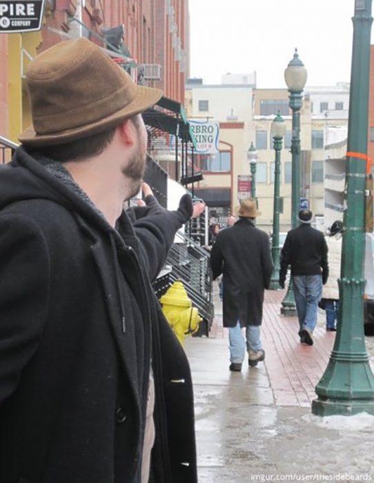 dos hombres vestidos de manera similar en la calle