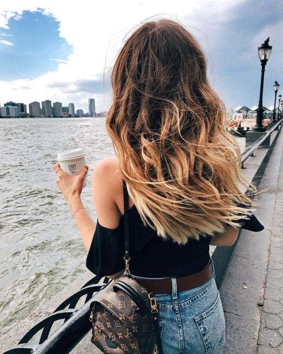 chica con el cabello bonito en la playa