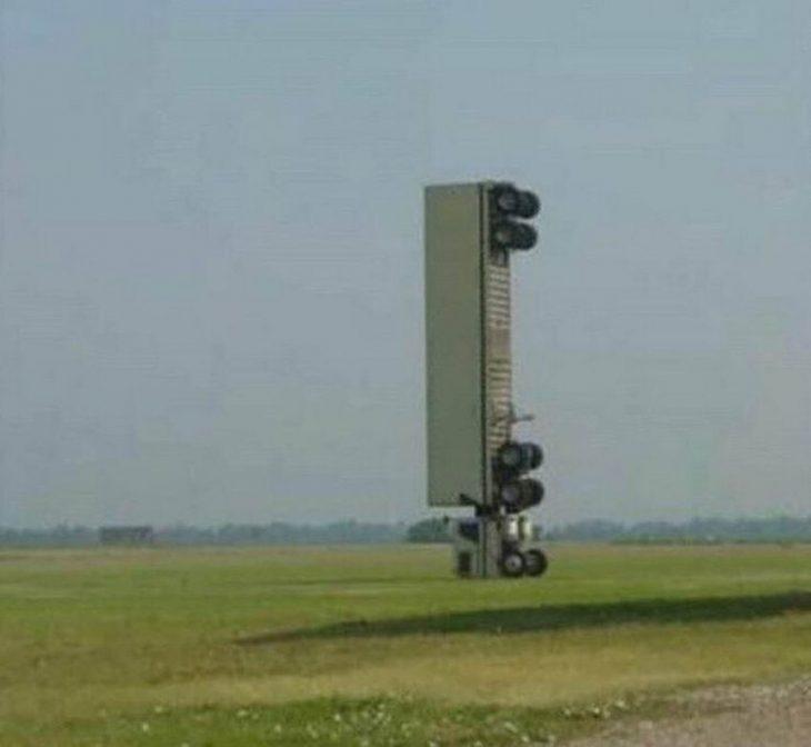 camión parado de forma vertical
