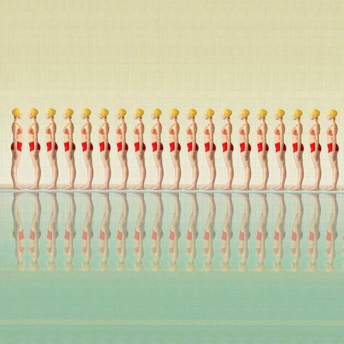 reflejo de equipo femenil de nado sincronizado en piscina