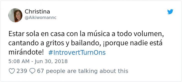 tuit sobre poner música cuando estás sola
