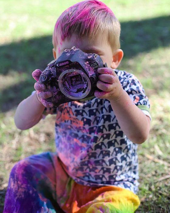 niño lleno de colores con una cámara que no sirve