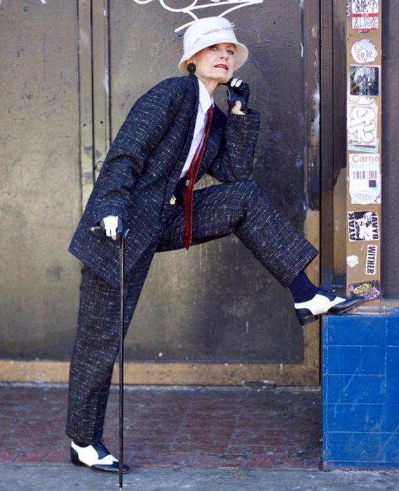 viejita fashionista posa en un traje de hombre
