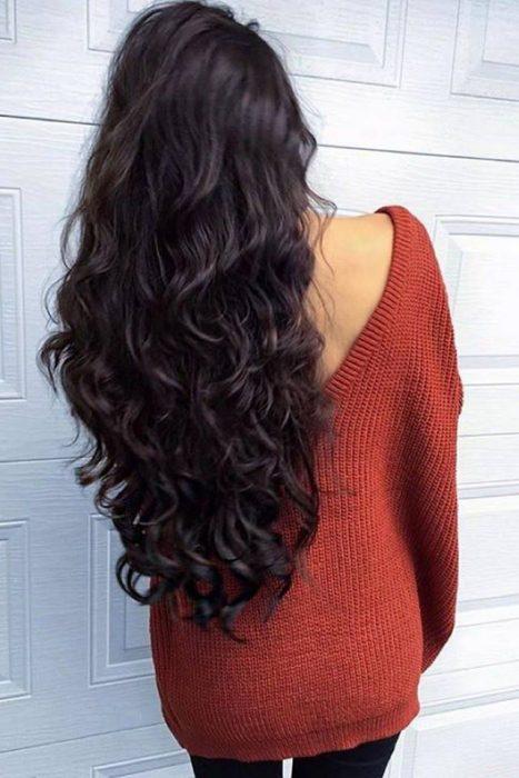 chica de cabello largo negro y suéter