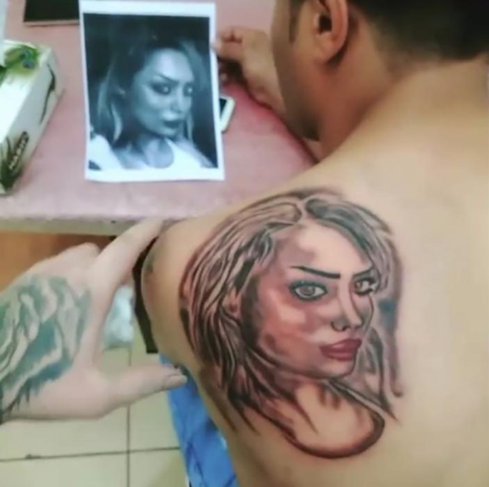 tatuaje mal hecho de una mujer en la espalda del hombre