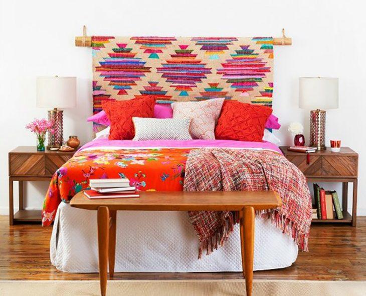 cabecera de telas con patrones coloridos