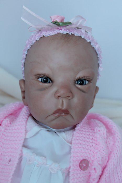 muñeca reborn sin cejas y con ojeras