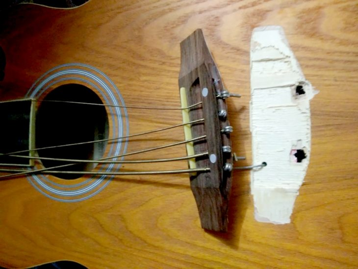 guitarra con las cuerdas rotas