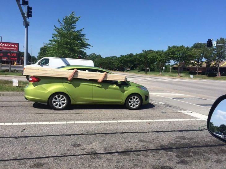 hombres cargando madera en un auto