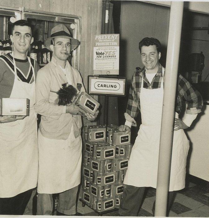 Tres hermanos presumiendo su tienda, 1940