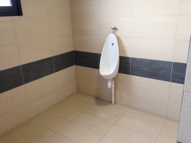 baño masculino para una sola persona