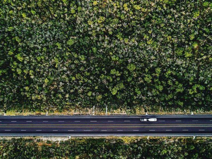viaje en carretera vista desde el cielo