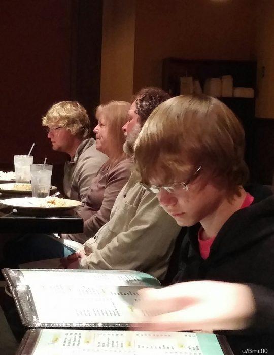 dos chicos con el mismo peinado sentados en la misma mesa