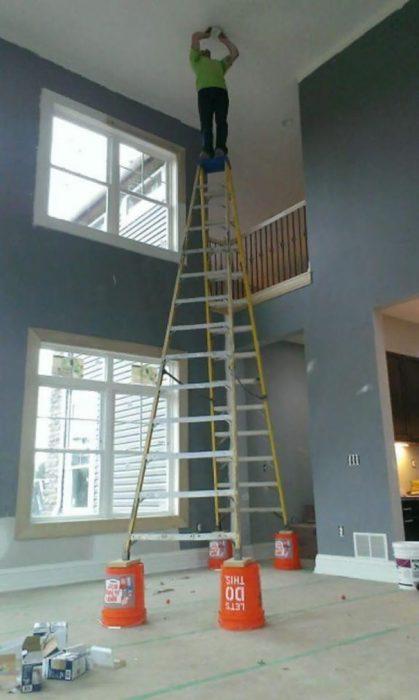hombre de pie en unas escaleras muy largas