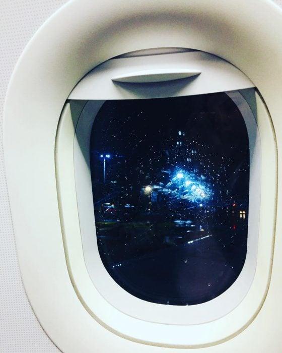 ventanilla de vuelo de noche