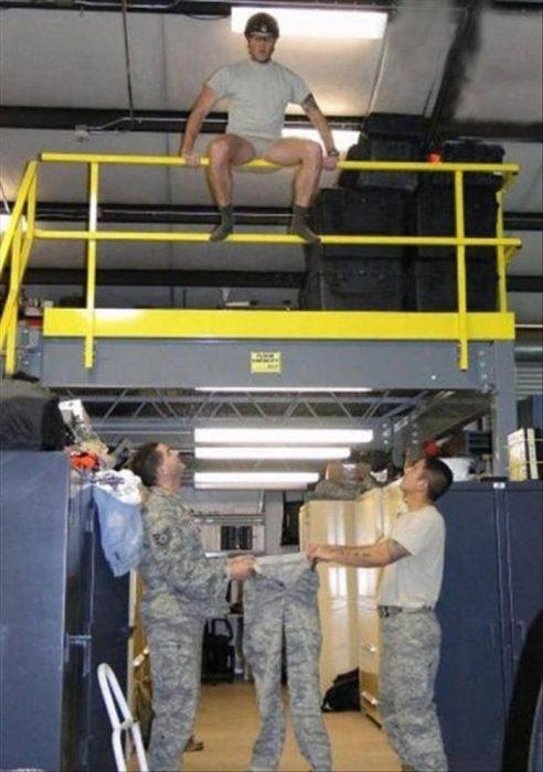 hombres en el ejército divirtiéndose
