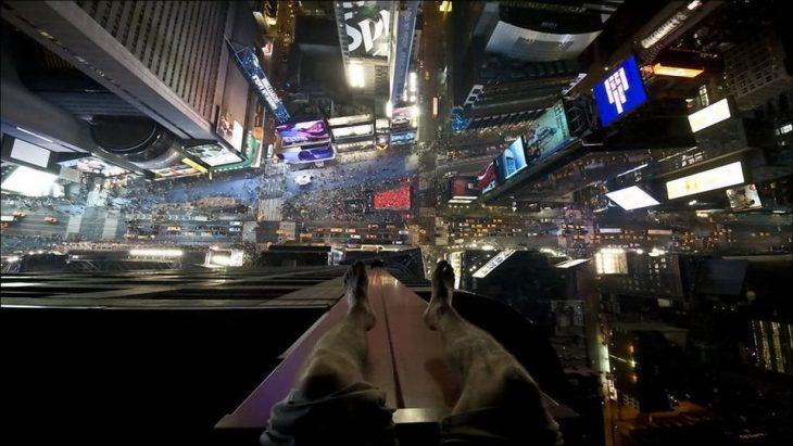 e sentó arriba de un edificio en Times Square