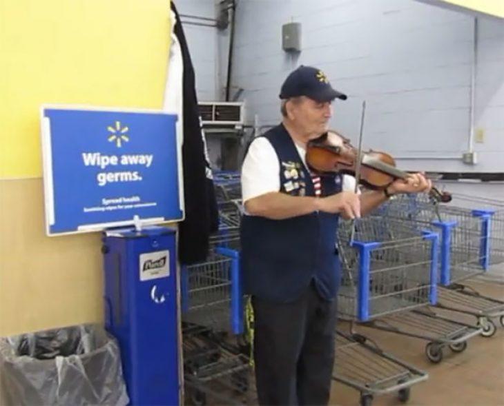 hombre toca el violín en walmart