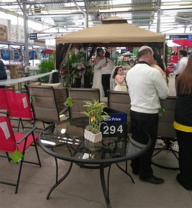 boda en la sección de jardinería de Walmart