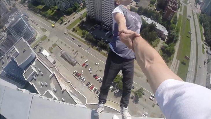 hombre sosteniendo a otro de que no se caiga