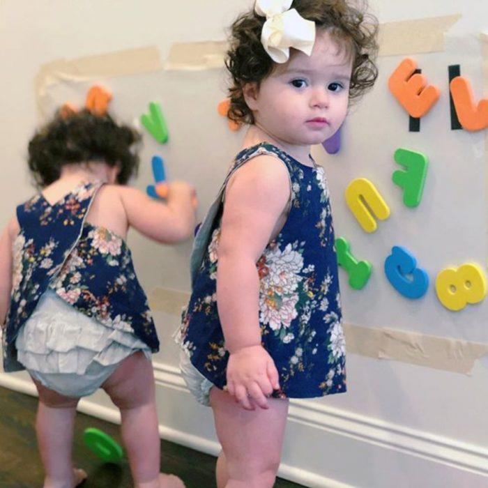 niñas pequeñas con una cartulina y letras