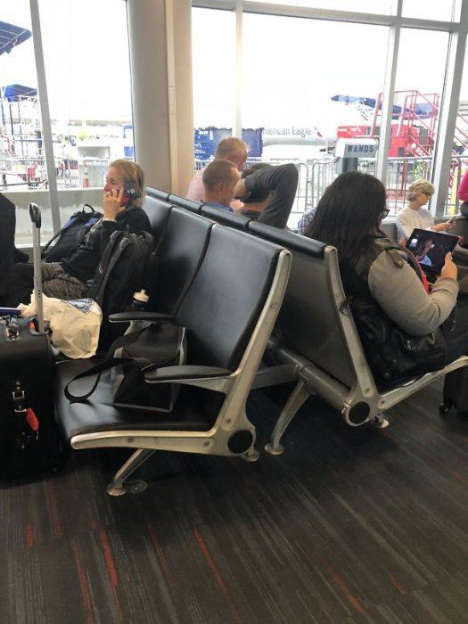 señoras que ocupan los asientos en sus bolsas