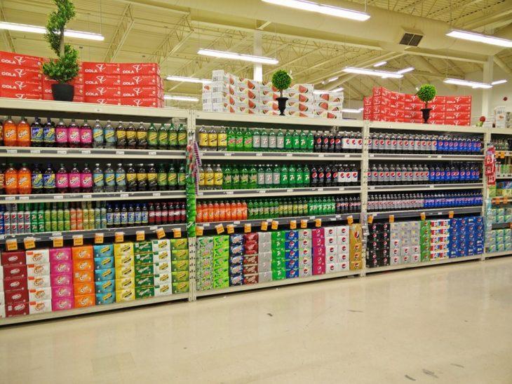 anaqueles de supermercado bien acomodados