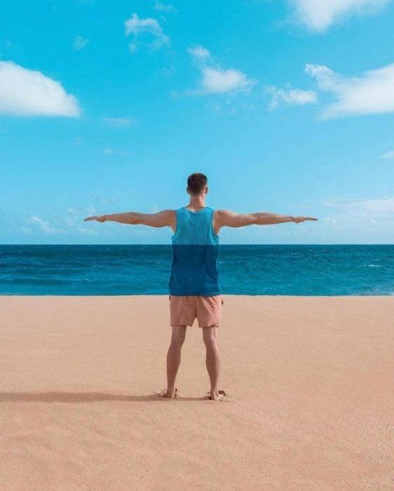 combina la ropa del chavo con el mar, el cielo y la arena