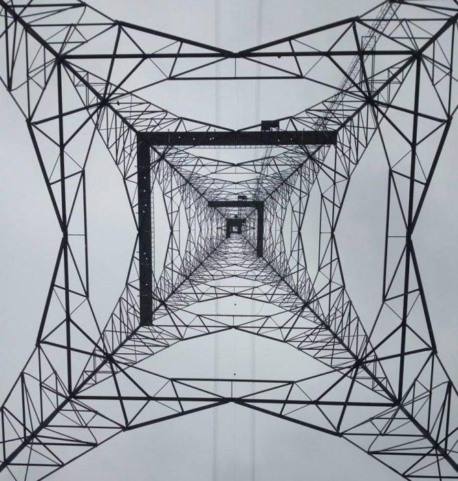 torre de transmisión desde abajo