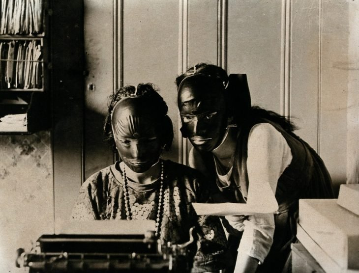 Mujeres usando máscaras de belleza, 1921
