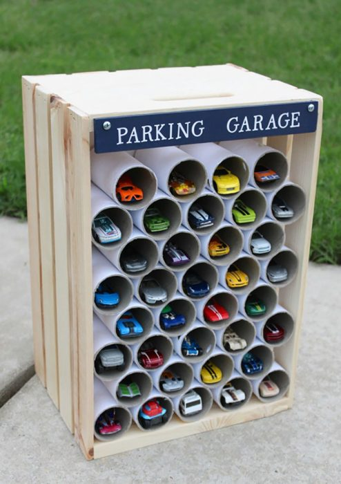 tubos de papel de baño para hacer un estacionamiento para carritos de juguete