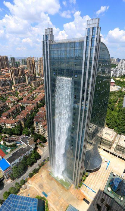 cascada en edificio vista desde lejos