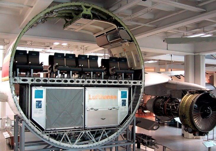 Sección de un avión comercial