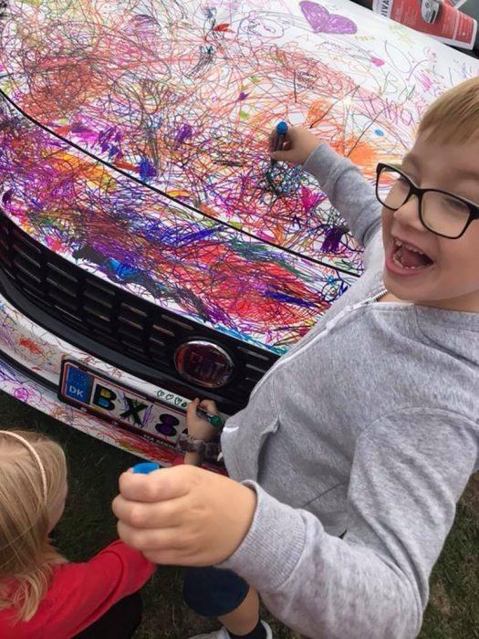 niños dibujando un atuo