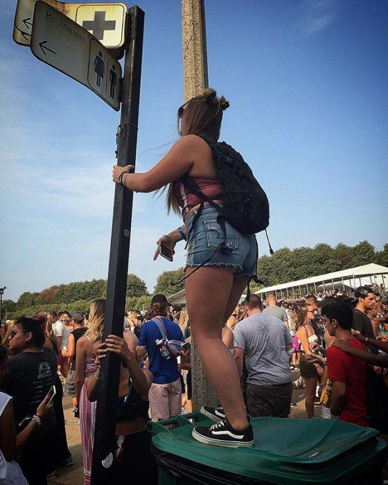 chica bajita en un concierto