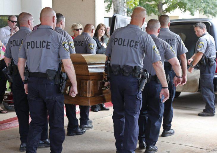 policías cargado el féretro d eun k9