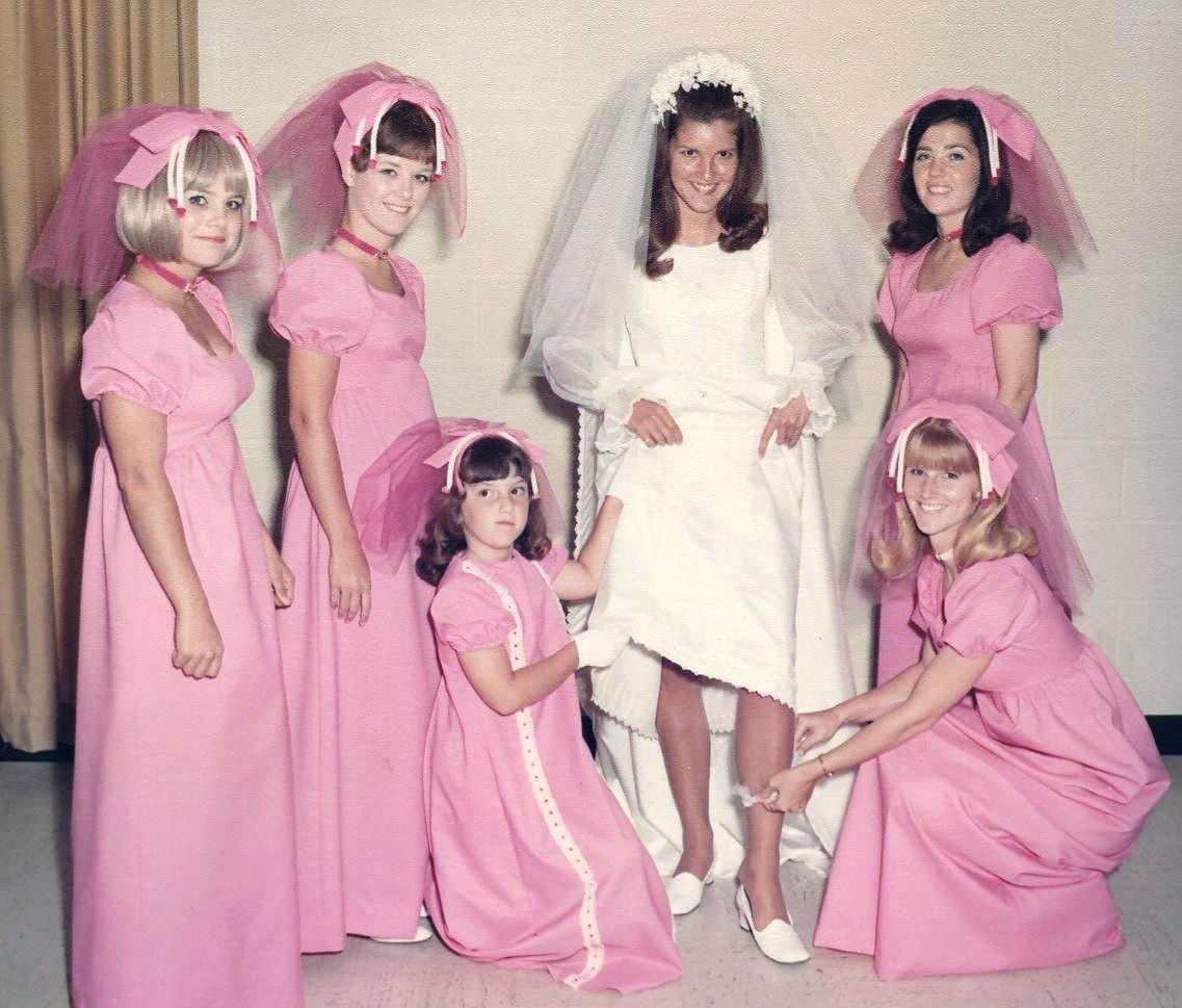 20 Damas de honor cuyo vestido les arrebató la dignidad