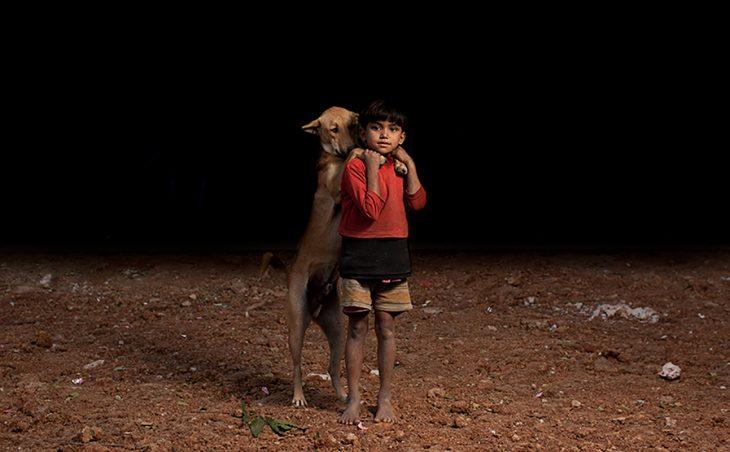 niña de pie con su perro