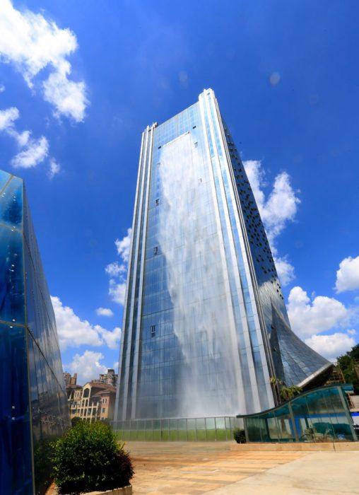 edificio con cascada en república china