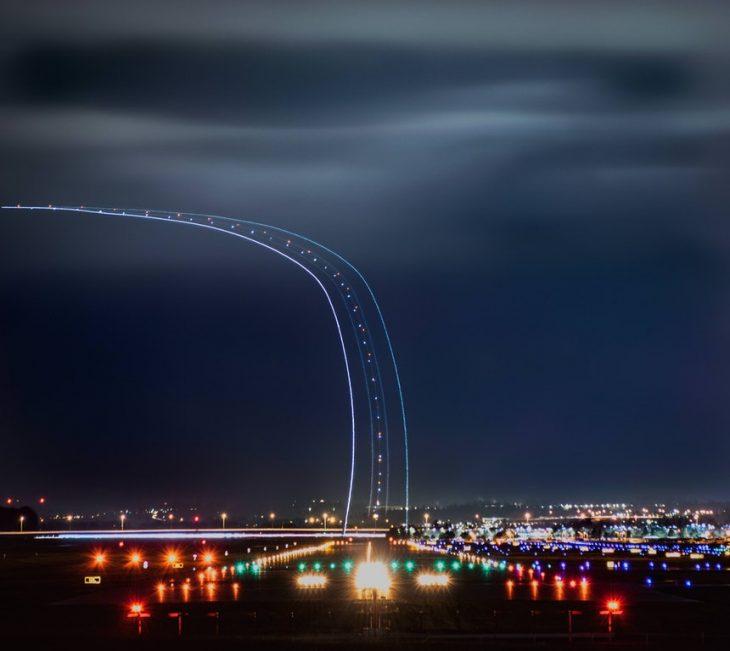 Despegue de un avión en larga exposición