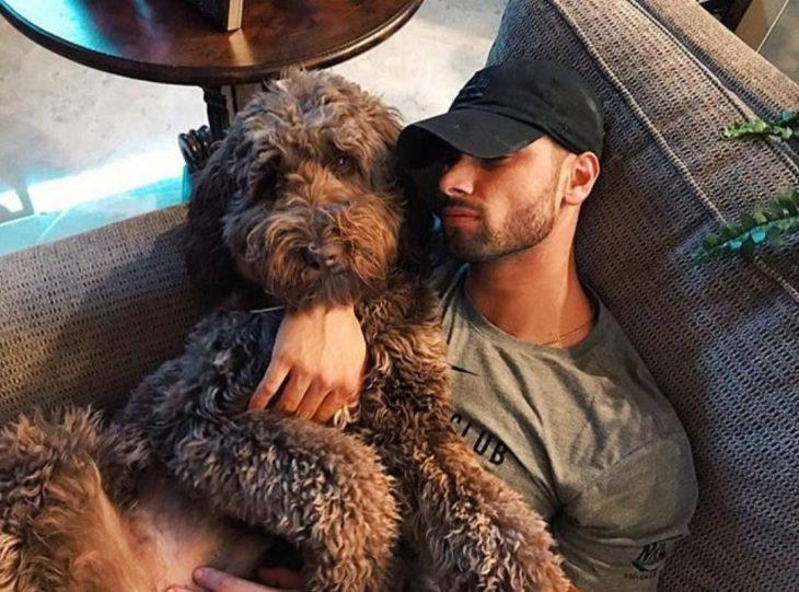perrito y su humano durmiendo juntos