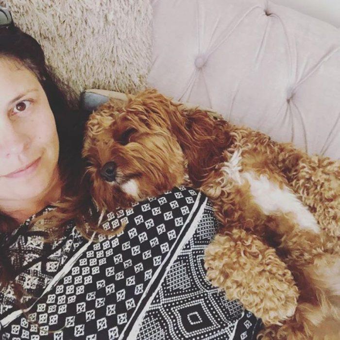 mujer y su perro tomando la siesta