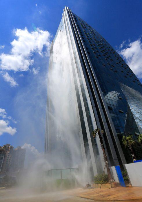 rascacielos con cascada