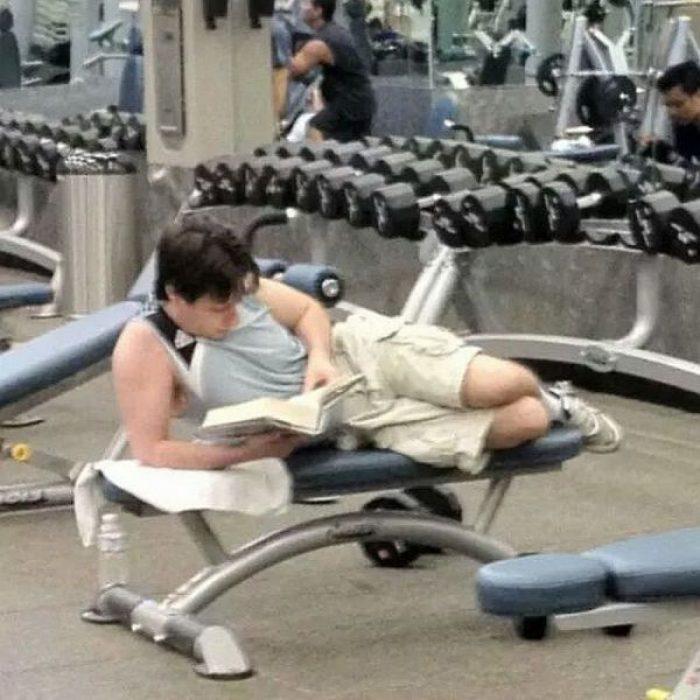 hombre leyendo en el gimnasio