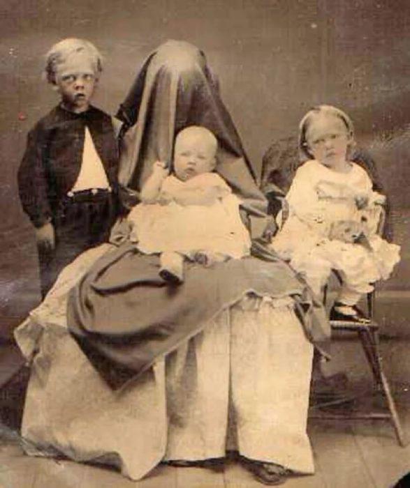 En las fotos infantiles victorianas el adulto se cubría con una manta