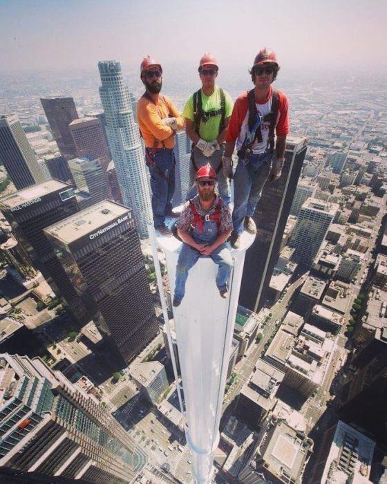 trabajadores en lo alto de un edificio